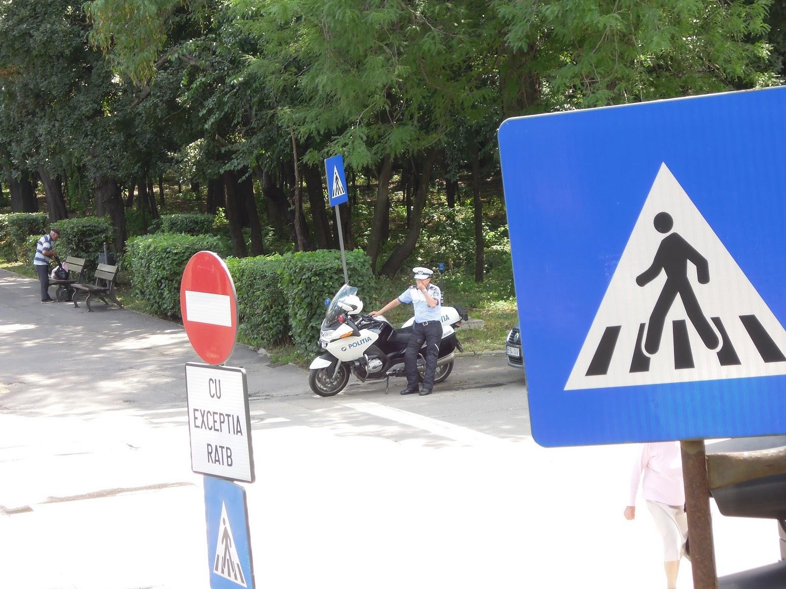 Politist cu motocicleta - București, spre Arcul de Triumf