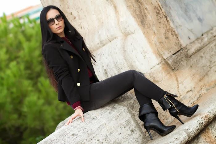 Outfit con jeans grises, chaqueta negra y Gafas de Sol prada 13PS