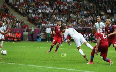 Portugal-vs-Ceko-Sundulan-Ronaldo