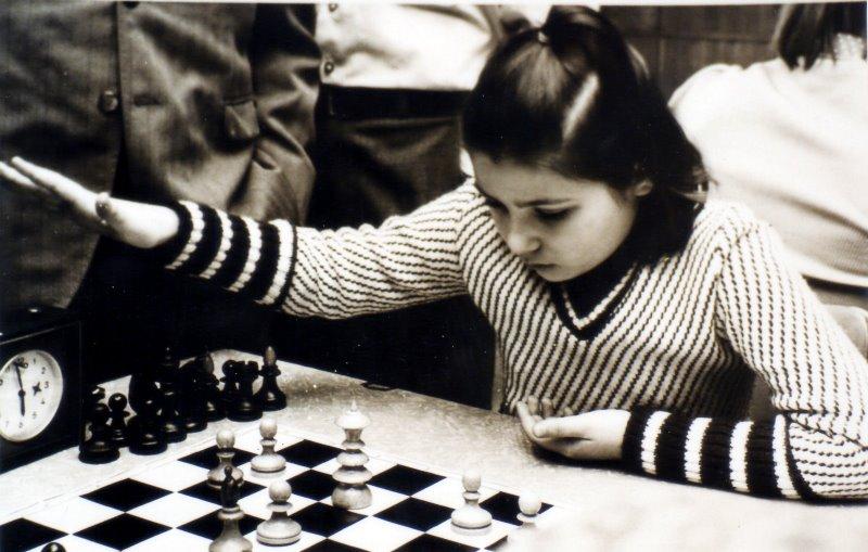 Susan Polgar totalement concentrée sur la partie d'échecs