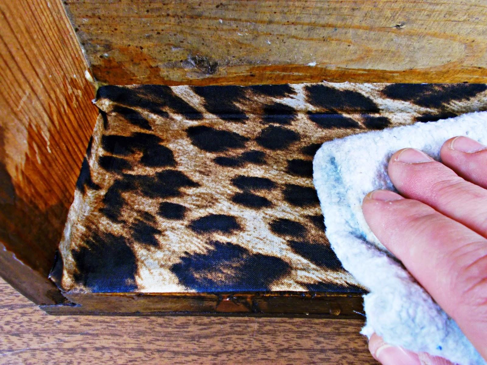DIY-decoración-cómoda-mueble-restaurar-forrar-cajones-tela-leopardo-8