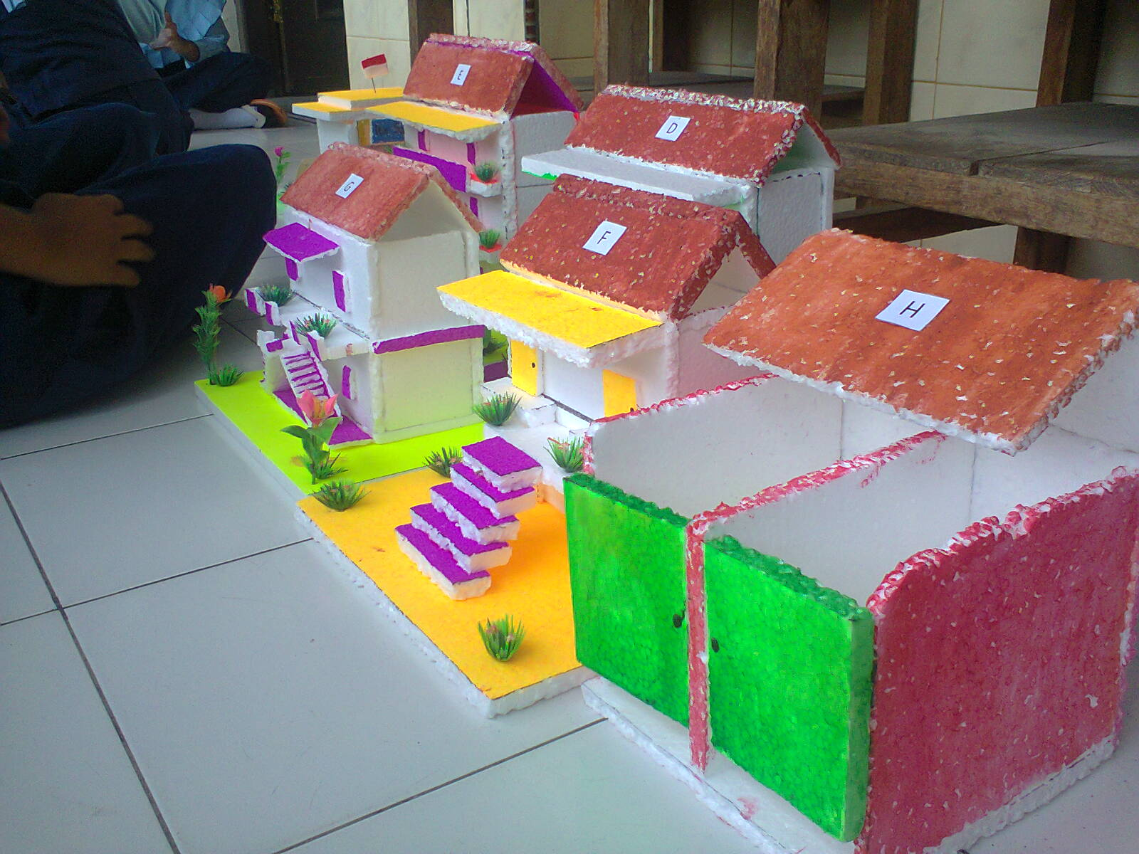 Miniatur Rumah dan Kapal