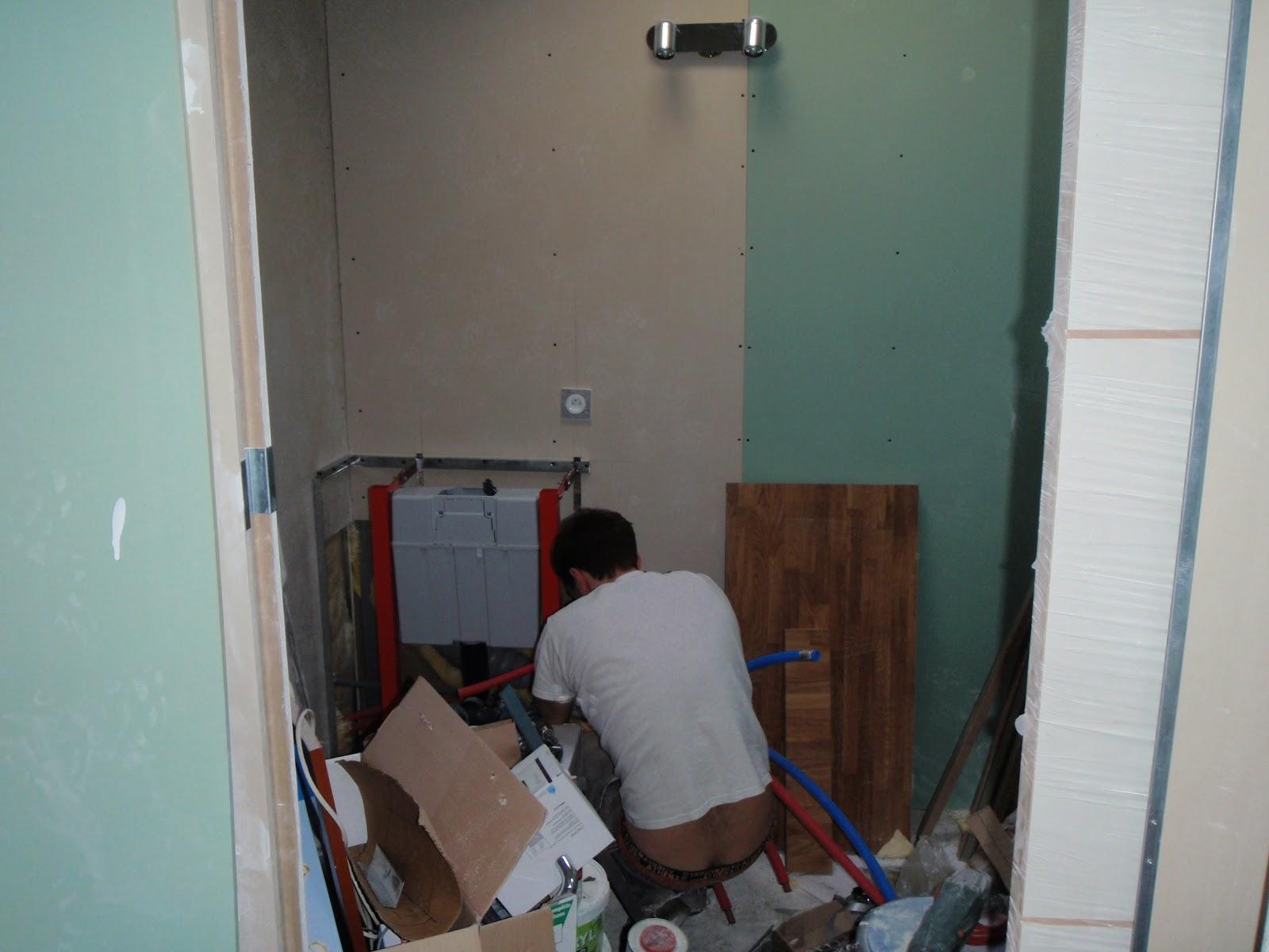 fabulous antoine a aussi fait de la plomberie pos les wc suspendus pour luhabiller avec le placo. Black Bedroom Furniture Sets. Home Design Ideas