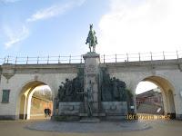 Drie Gapers en ruiterstandbeeld Leopold II