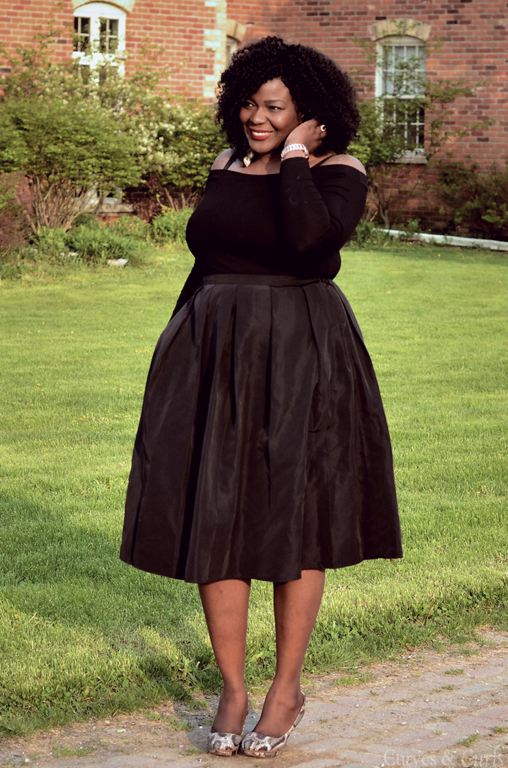 A little Obsessed with off shoulders. Plus size fashion for women. #mididkirt #mycurvesandcurls #plussizeblogger #tendance #moderonde #curvyfashion