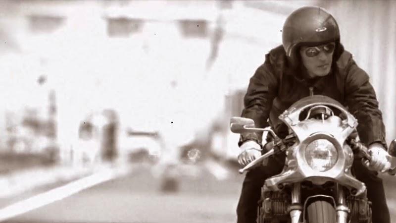 バイクに乗っている稲葉浩志