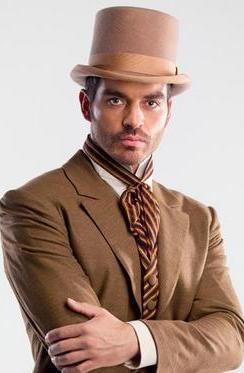 Tiberio Cruz con sombrero y terno