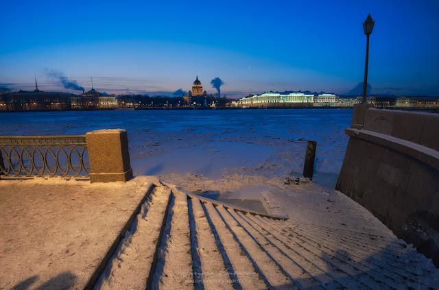 Вид на Исаакиевский собор, Медного Всадника и замерзшую Неву со стороны Васильевского острова.