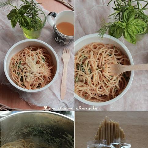 Razowe spaghetti z mascarpone i szpinakiem