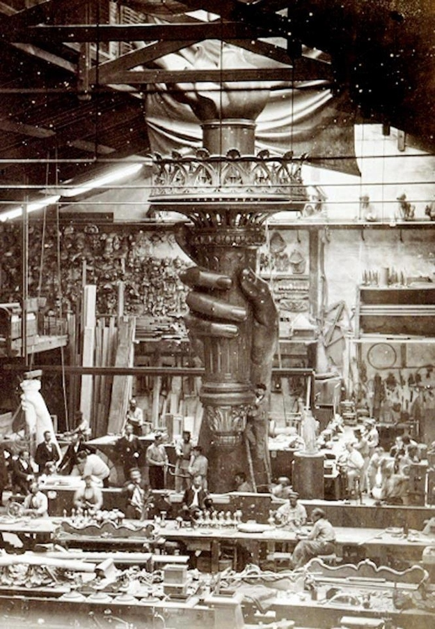 vintage everyday incredible photos of the statue of liberty construction. Black Bedroom Furniture Sets. Home Design Ideas