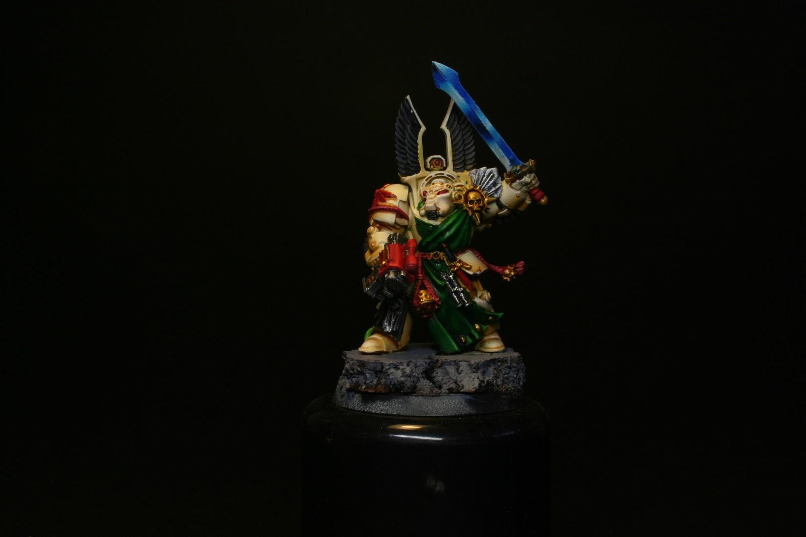 Espada pintada de los exterminador de los Ángeles Oscuros de la caja de Warhammer: Venganza Oscura