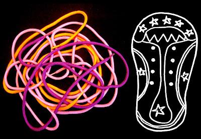 Fotografía de cordones de colores (naranja, rosa, violeta) junto a un zapato visto desde arriba, dibujado en trazos blancos; ambas imágenes sobre fondo negro. ©Selene Garrido Guil