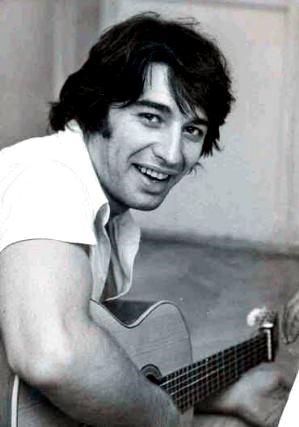 Sandro con su guitarra y bella sonrisa