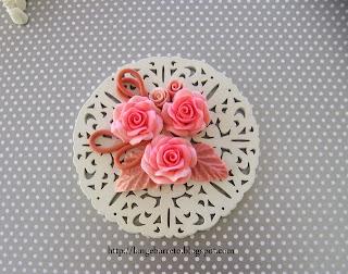 Medalhão flores porcelana fria