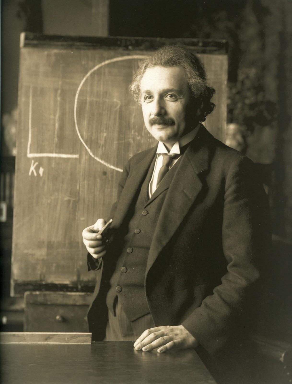 Albert Einstein trong một buổi thuyết trình tại Vienna, thủ đô Áo quốc vào năm 1921. Tác giả : Ferdinand Schmutzer, phục hồi hình cũ bởi Adam Cuerden.