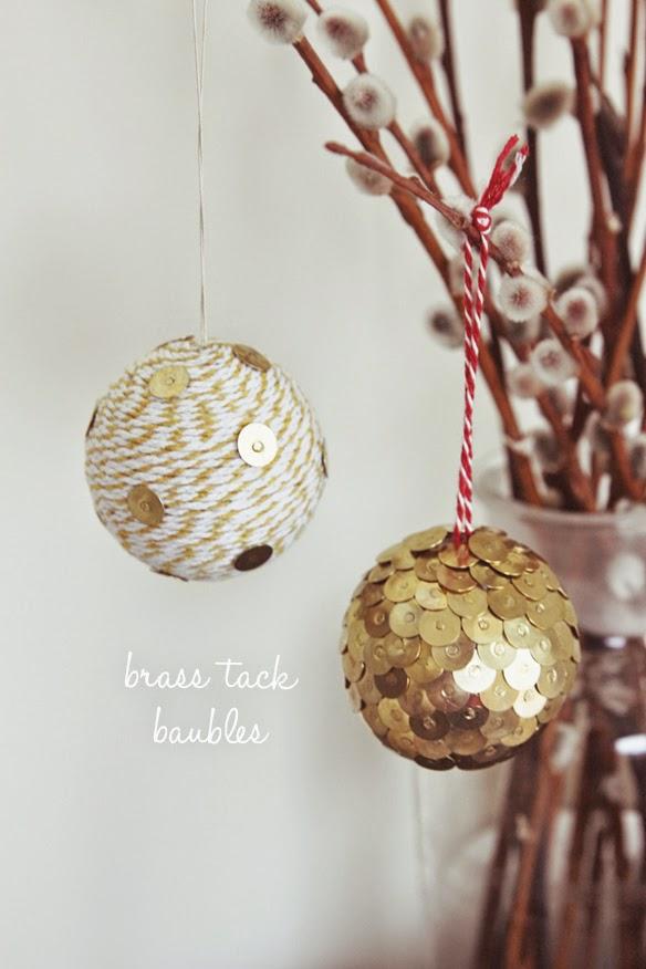 Bolas con tachuelas doradas