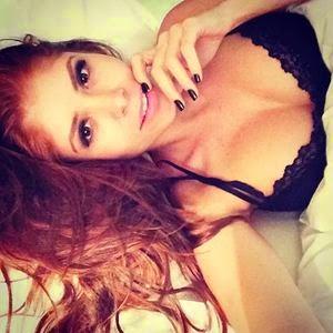 Ex-BBB Amanda tirando selfie