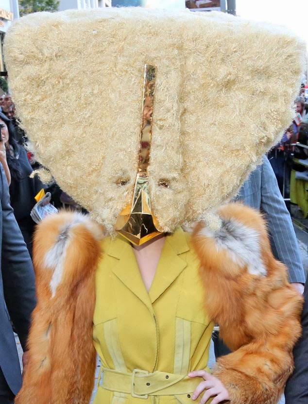 Lady Gaga se presenta en publico con un look bien raro