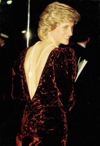 Princesa diana e seu colar de pérolas nas costas