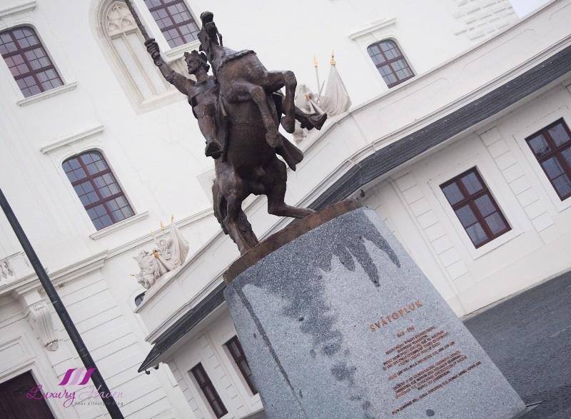 slovakia sighseeing bratislava castle svatopluk bronze statue