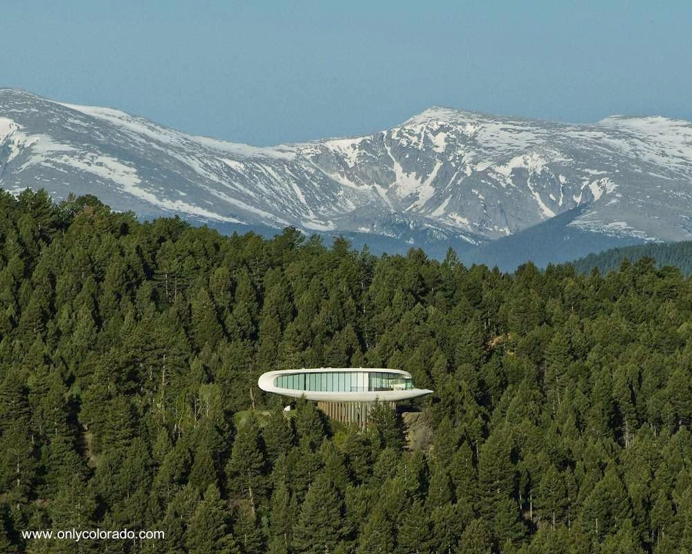 Vista de la casa a la distancia entre pinos