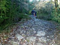 El camí passa per un tram amb restes de l'antiga via romana