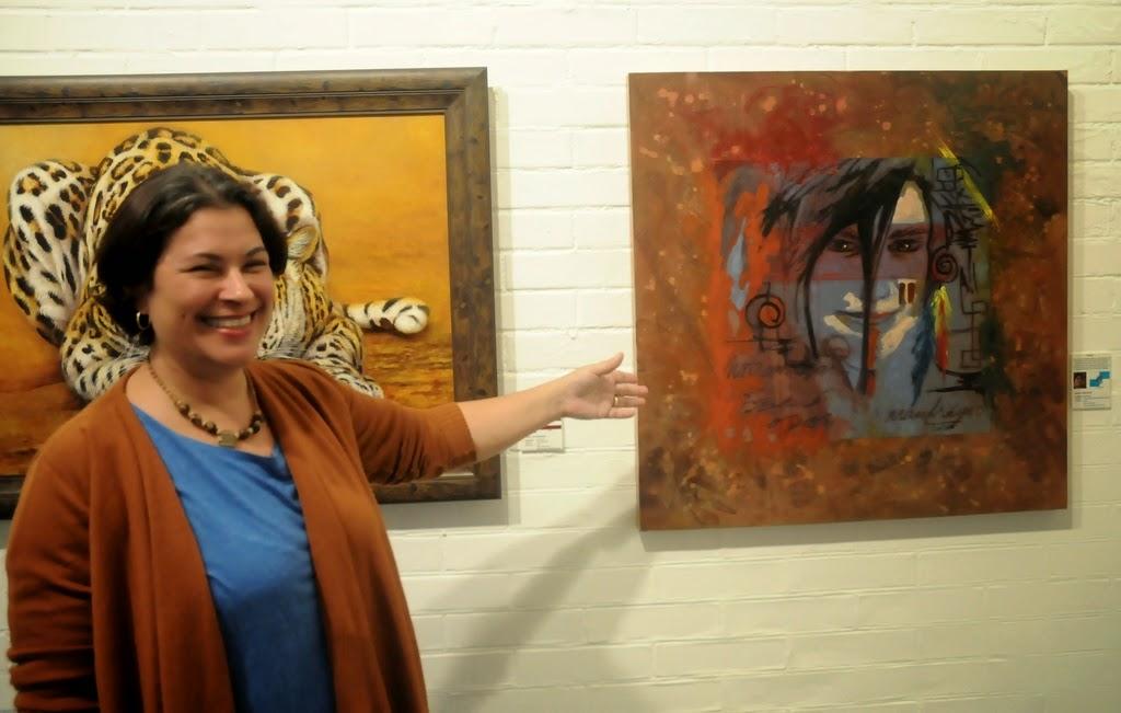 Titina Corso, uma das curadoras da mostra, exibe as obras
