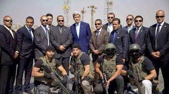جون كيرى يلتقط صورة مع القوات الخاصة المصرية