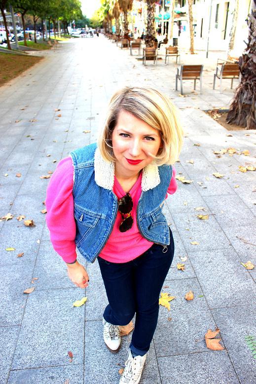 conjunto vintage jersey rosa vaqueros azules botas blancas