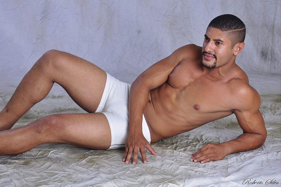 Wendercson Carneiro tem 23 anos, 1,80 m é modelo e pratica musculação. Foto: Roberto Silva