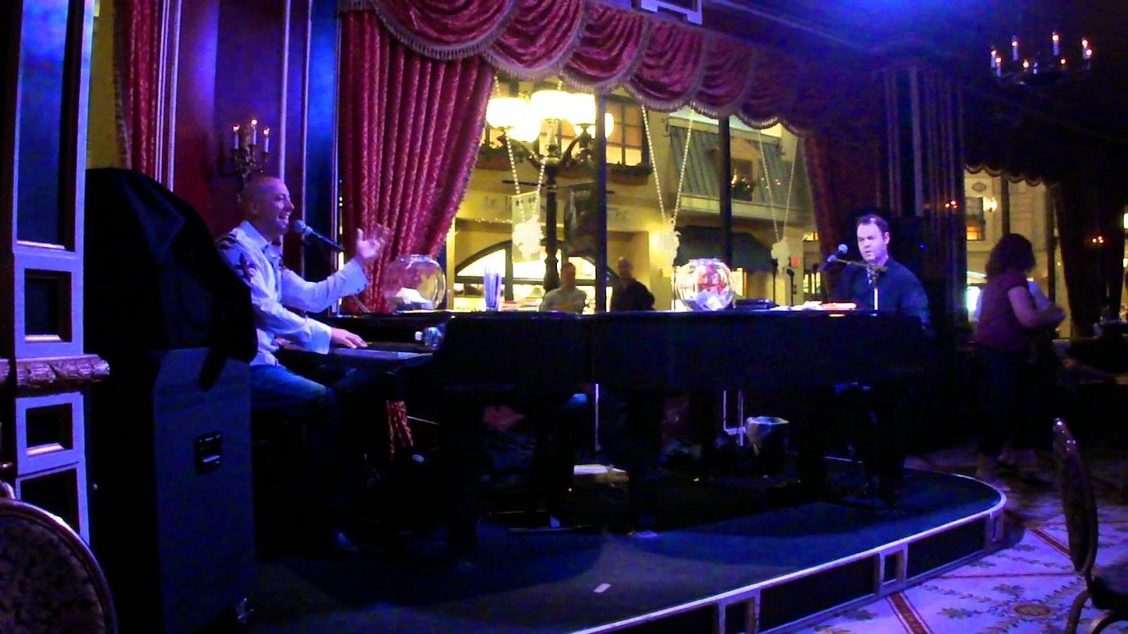 Duelo de pianistas no Napoleon's Piano Bar, em Las Vegas