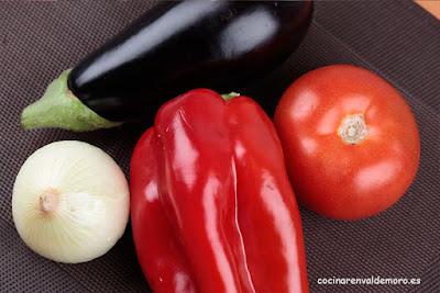 Ingredientes de la escalibada: pimiento rojo, berenjena, tomate y cebolla