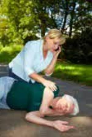 Gambar cara memberikan pertolongan pada orang pingsan