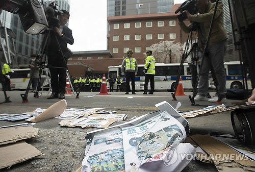 Libros de texto japoneses rotos frente a la embajada de Japón en Seúl