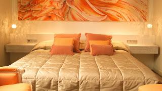 Dormitorio paredes naranjas