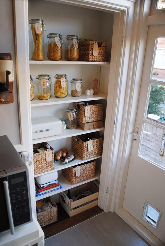 Voorraadkast Voor Keuken : Helemaal bovenin bewaren we waterkannen, pasta's en alle