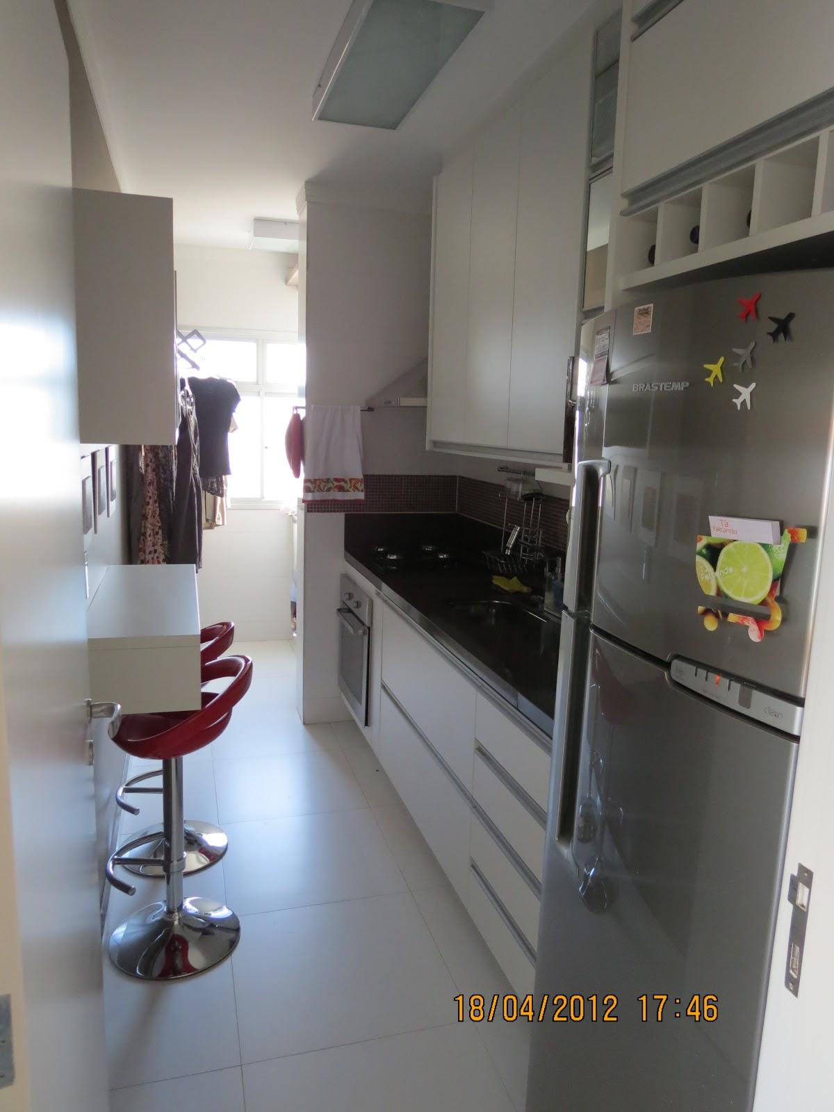 #474632 Marcenaria Arantes. Armario de cozinha em mdf branco tx e puxadores em alumínio 1200x1600 px Armario De Cozinha Em Aluminio #2973 imagens