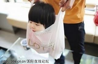 Menarik - Bawa Anak Menggunakan Plastik Beg