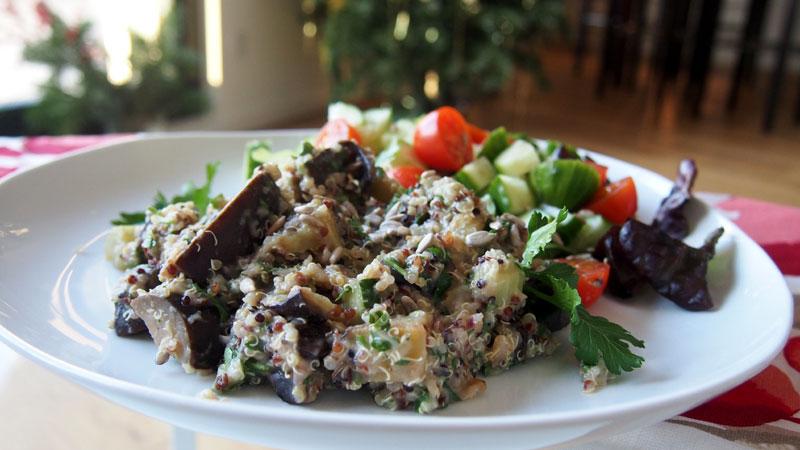 Raikas munakoiso-kvinoa salaatti