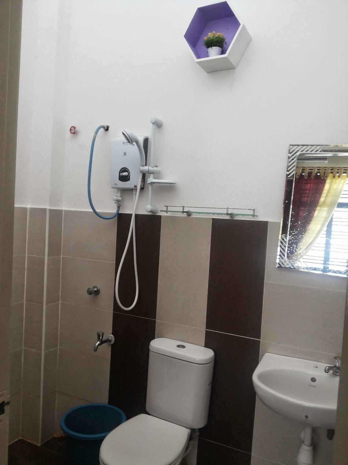 toilet di bilik utama
