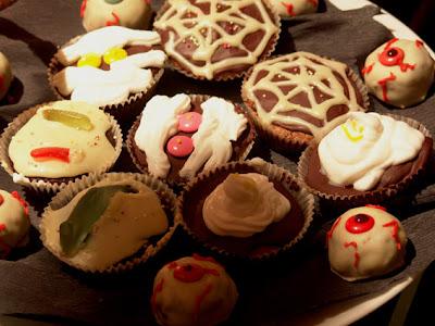 cup cake, gałki oczne, halloween, muffinki, mumia, pająki, przekąski, przysmaki, smakołyki, straszne, obrzydliwe, przerażające, dla dzieciaków, Specjalne okazje i święta, ozdoby, jedzenie, przepisy,