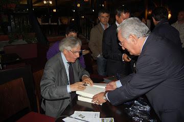 MENTRE FIRMO UNA COPIA DEL MIO LIBRO ALL'AVV. MARIO  ROMANO  - SETTEMBRE AL BORGO - 2010