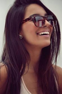 Nina. Sincera, bajita, morena, ojos marrones, una de las mejores amigas de Elena