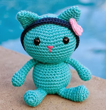 This cute little kitten pattern is in Spanish. Its available on Ana...