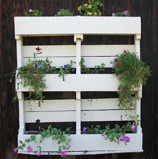 yadkin yard yacking pallet planter pallet bird nest pallet table. Black Bedroom Furniture Sets. Home Design Ideas