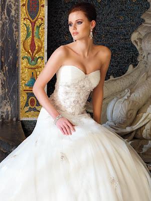 Feminine Sweetheart Wedding Dress