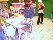 Directora da Cultura, organiza o corte do bolo d'aniversario do jovem lau !