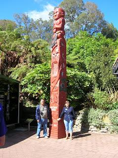 Tótem madera, Waitomo, Nueva Zelanda, vuelta al mundo, round the world, La vuelta al mundo de Asun y Ricardo