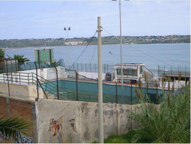 Circolo ezra pound augusta aaa cercasi piscina comunale for Piscina walker martinez