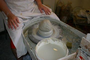 Een grote pot in twee delen draaien